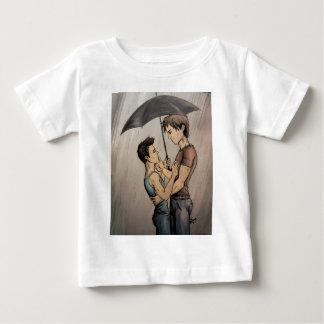 Amantes en la lluvia playera de bebé