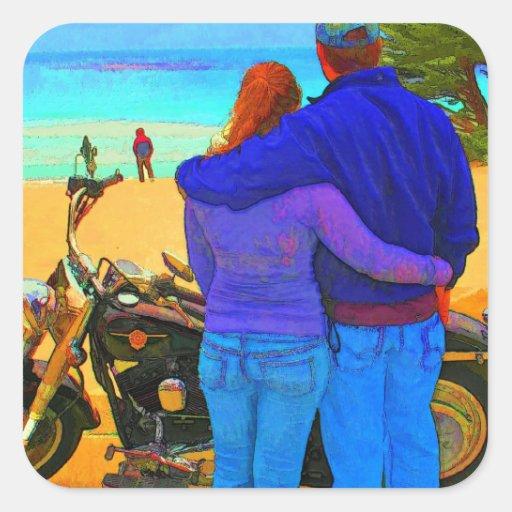 Amantes en la playa con la motocicleta calcomanía cuadradas