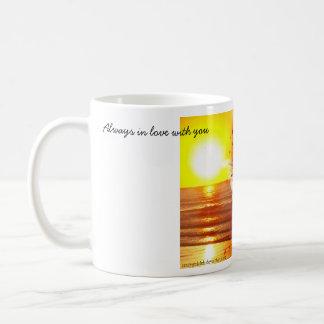Amantes en la puesta del sol taza clásica