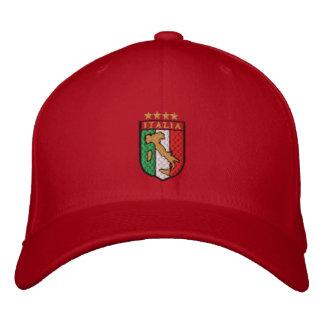 Amantes italianos del fútbol que compiten con el c gorra de beisbol