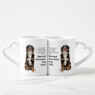 Amantes mamá del perro de Bernese Mt. y tazas del