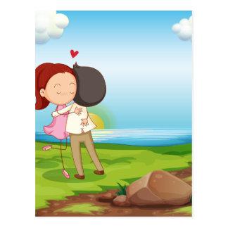 Amantes que fechan en el riverbank tarjetas postales