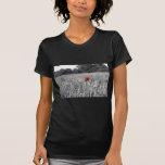 amapola roja en un campo blanco y negro camiseta