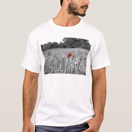 amapola roja en un campo blanco y negro playera