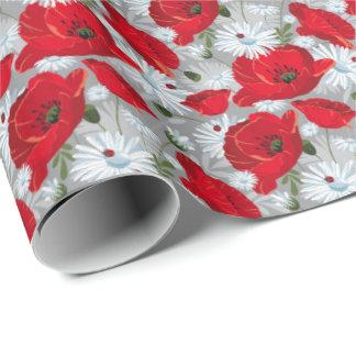 Amapola roja hermosa, margaritas blancas y papel de regalo
