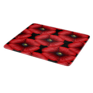 Amapola roja tejada en la tajadera negra tabla para cortar