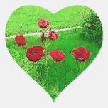 Amapolas rojas pintadas en la floración pegatina corazón