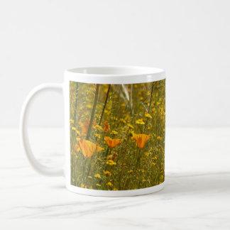 Amapolas y taza de los Wildflowers