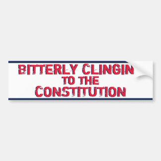 Amargamente aferrándose en la constitución etiqueta de parachoque