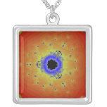 Amarillo anaranjado de la mandala del fractal del  joyerias personalizadas