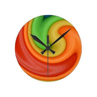 Amarillo anaranjado y verde rojos enrrollados Swir Relojes De Pared