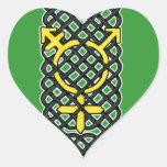 Amarillo céltico del símbolo del transexual pegatina en forma de corazón