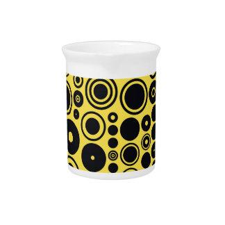 Amarillo, círculos retros del negro jarras de beber