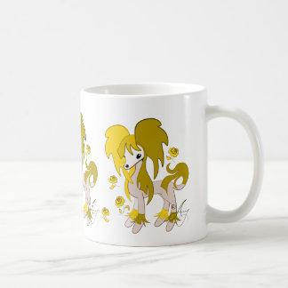 Amarillo con cresta del chino lindo taza básica blanca
