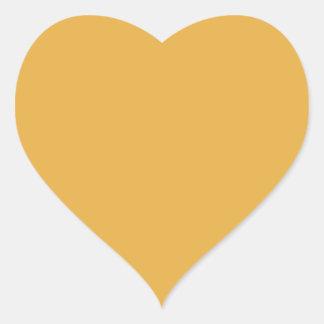 Amarillo de la maravilla en un jardín inglés del pegatina en forma de corazón