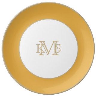 Amarillo de la maravilla en un jardín inglés del platos de cerámica
