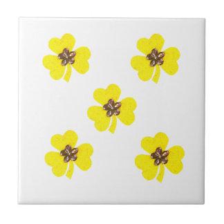 Amarillo de la primavera, tréboles amarillos azulejo cuadrado pequeño