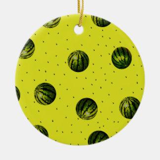 amarillo de la sandía con las semillas adorno navideño redondo de cerámica