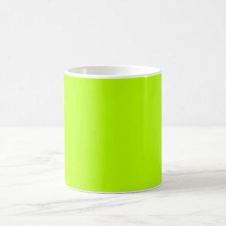 Amarillo de neón de la verde lima fluorescente taza clásica