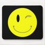 Amarillo del KRW que guiña la cara sonriente Alfombrillas De Ratones