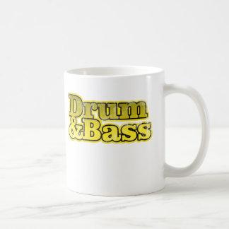 Amarillo del tambor y del bajo taza de café
