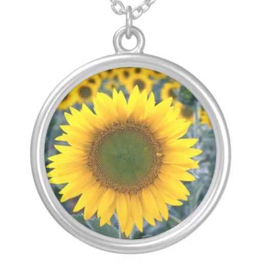 amarillo destaqúese de las flores de la muchedumbr collar personalizado