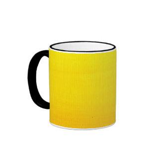 Amarillo en amarillo de la pendiente taza de dos colores