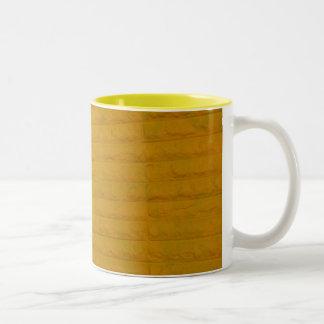 amarillo en la taza de café de la ciudad