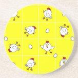Amarillo feliz lindo de la danza del pollo posavasos personalizados