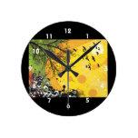 Amarillo floral splotch.png del pájaro del árbol relojes