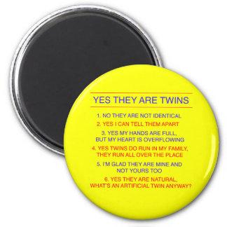 Amarillo fraternal de las preguntas de los gemelos imán redondo 5 cm