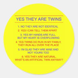 Amarillo fraternal de las preguntas de los gemelos etiqueta redonda