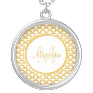 Amarillo moderno y el blanco hornea el monograma y colgante redondo