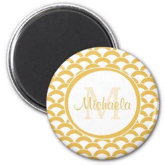 Amarillo moderno y el blanco hornea el monograma y imán redondo 5 cm