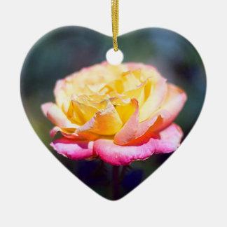 Amarillo para picar el ornamento color de rosa adorno navideño de cerámica en forma de corazón