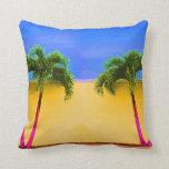 Amarillo retro del cielo de dos árboles de la palm almohada