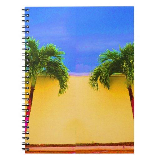 Amarillo retro del cielo de dos árboles de la palm libro de apuntes con espiral