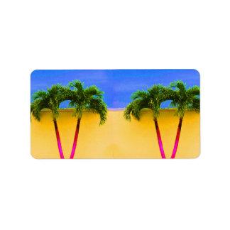 Amarillo retro del cielo de dos árboles de la palm etiquetas de dirección