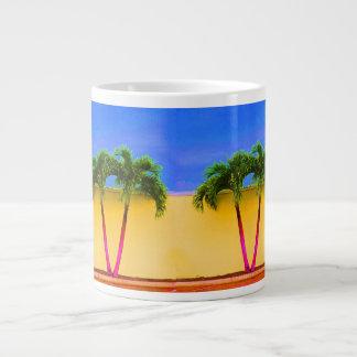Amarillo retro del cielo de dos árboles de la palm taza grande