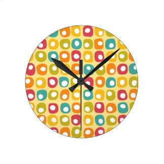 Amarillo rojo cuadrado retro brillante del trullo  reloj redondo mediano