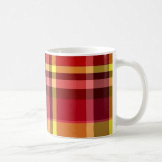 Amarillo rojo de la tela escocesa taza clásica