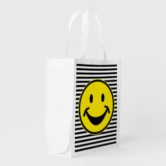 Amarillo sonriente divertido y rayas + su backg. y bolsa de la compra