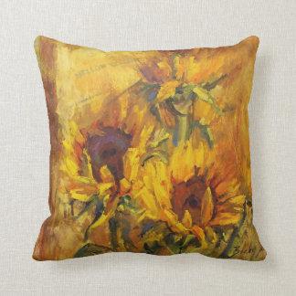 Amarillo suave cojín decorativo