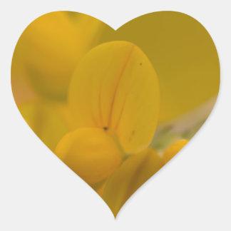 Amarillo suave pegatina en forma de corazón