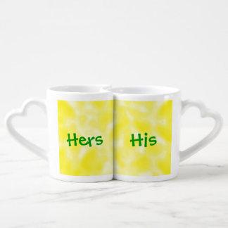 Amarillo y blanco abigarrados tazas amorosas
