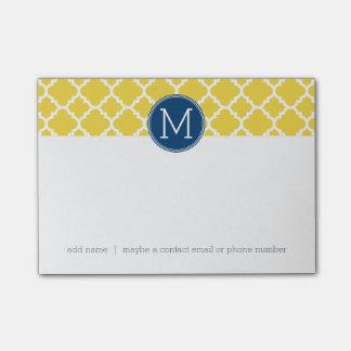 Amarillo y monograma del personalizado del modelo notas post-it
