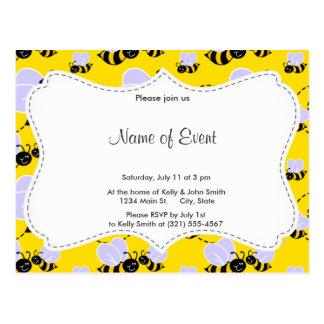 Amarillo y negro manosee la abeja tarjeta postal