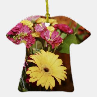 Amarillo y púrpura y naranja florece el ramo adorno de cerámica en forma de playera
