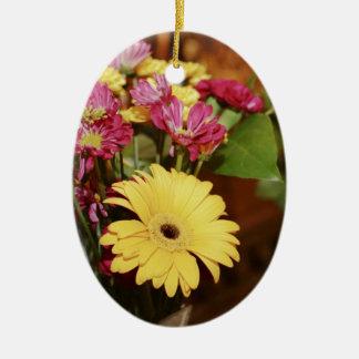 Amarillo y púrpura y naranja florece el ramo adorno ovalado de cerámica
