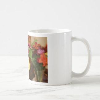 Amarillo y púrpura y naranja florece el ramo taza básica blanca